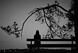 Mujer-sentada-banco-sola