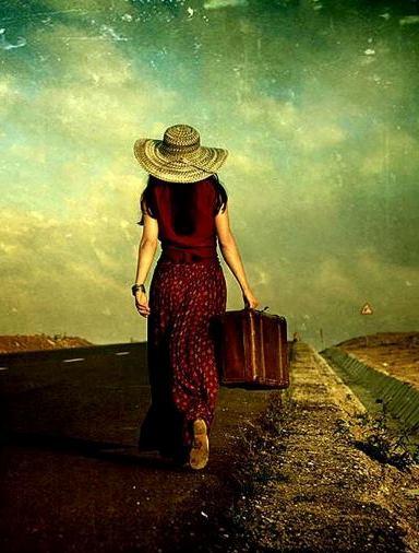 Mujer en camino con maleta