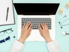 doctora-trabajando-lugar-trabajo-ordenador-portatil_146377-3821